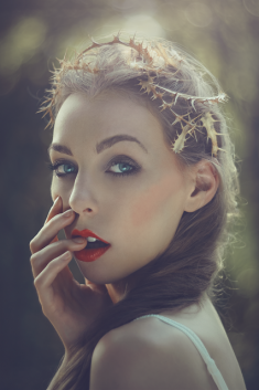 Portret młodej kobiety z czerwonymi ustami.