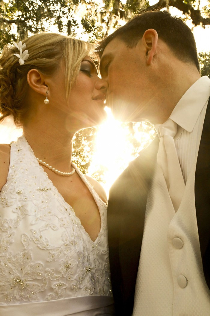 Pocałunek Pary Młodej w promieniach słońca, oryginalna fotografia śubna.