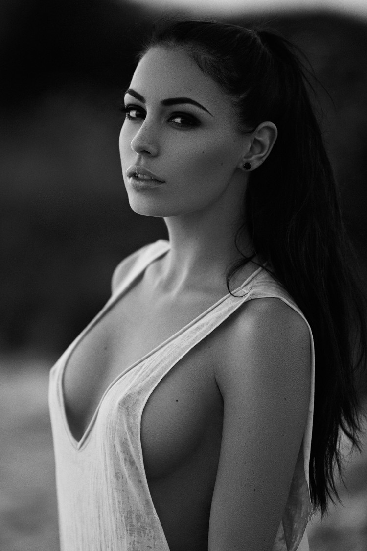 Zachwycająca dziewczyna z czarno-białego zdjęcia z portfolio Joakima K. (maxmodels)