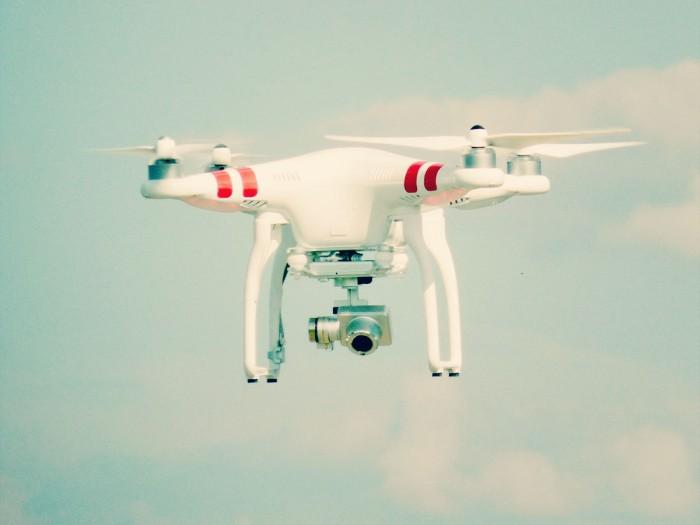 """Artykuł o popularnych ostatnio dronach i ich wykorzystaniu w fotografii: """"Dron na ślubie,  ..."""