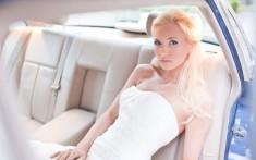 Monika i Jaguar – portret panny młodej z w limuzynie ślubnej – fot. Konrad Schmidt.  ...