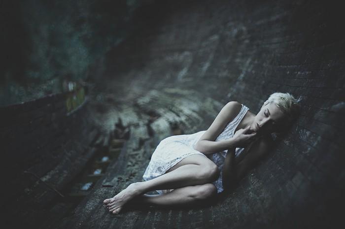 Zmysłowe zdjęcie portretowe wykonanego przez rosyjskiego fotografa Alexandra Z w starym, wydrążo ...