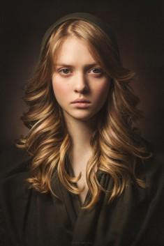 Piękne zdjęcie portretowe dziewczyny o rudych włosach, świetna gra świateł.