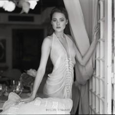 Zdjęcie portretowe kobiety w przewiewnej sukni wykonane przez znanego fotografa rosyjskiego Rusl ...