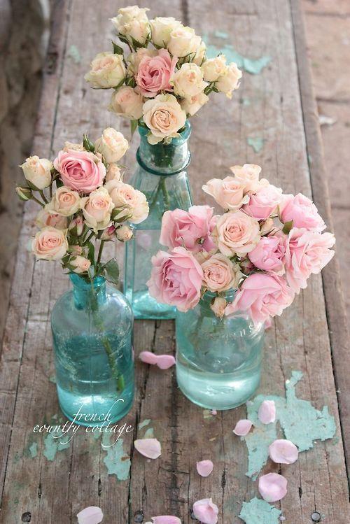 Piękna fotografia ślubna z bukietami świeżych kwiatów dla Panny Młodej oraz druhen.