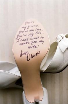 Dodatki ślubne – buty Panny Młodej na zdjęciu z przygotowań ślubnych.