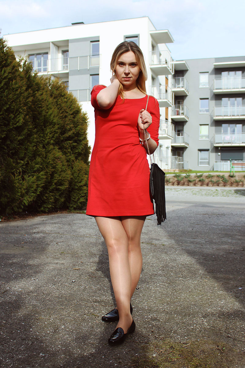 Klasyczna stylizacja dzienna: czerwona sukienka z czarnymi dodatkami.