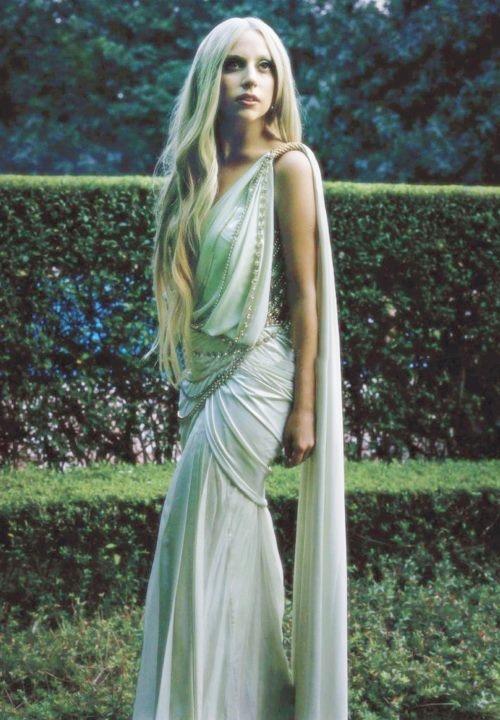 Piękna stylizacja Lady Gaga`i w białej sukni.