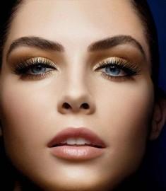 Subtelny makijaż w złocie i brązach – Atelierum.