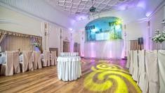 Sala weselna z pięknym, kolorowym oświetleniem i konsolą dj-ską od http://artofshow.pl