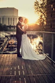 Zdjęcia na tle wschodzącego słońca o Opery Nova w Bydgoszczy – plener poślubny Elizy i Szy ...