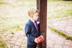 Chłopiec na ślubie.