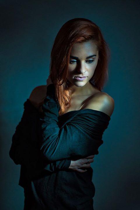 Zmysłowo-frapujący portret Karolina, fot. Konrad Schmidt
