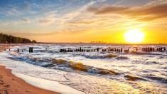 Piękny zachód słońca nad polskim morzem. Świnoujście w czasie wakacji.