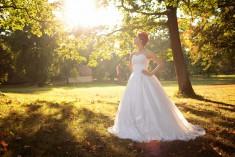 Zdjęcie ślubne panny młodej Karoliny wykonane w zespole parkowym w Lubostroniu. Zdjęcie wykonał  ...