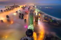Fotografia Dubaju zatopionego we mgle. Kolorowy, fascynujący widok. Fot. Marcelo Castro