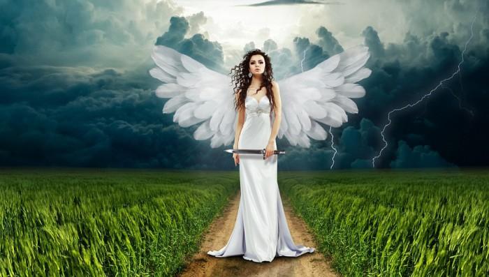 Anioł kroczący w burzy. Portret anioła w kobiecej postaci z bronią w dłoni.