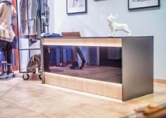 Zdjęcie ze zbliżeniem na podświetlenie lady  do obsługi klientów w bydgoskim butiku przy ul. Dwo ...