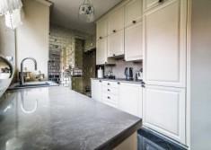 Stylowe wnętrze kuchni wg projektu projektanta, na fotografii wykonanej tuż po realizacji tej ko ...