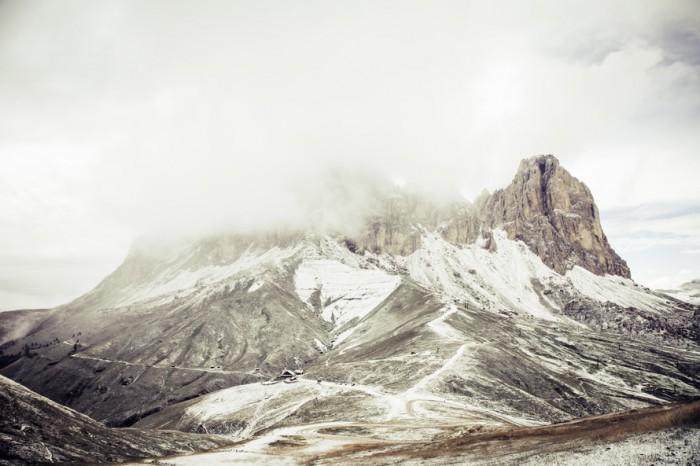 Piękny krajobraz gór okrytych śniegiem i kołderką z chmur. Widok ujął na zdjęciu Markus Spiske,  ...
