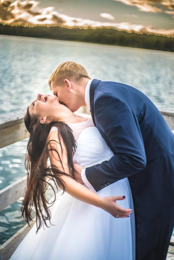 Przepiękne, romantyczne ujęcie z sesji ślubnej w plenerze uroczej pary z Bydgoszczy.